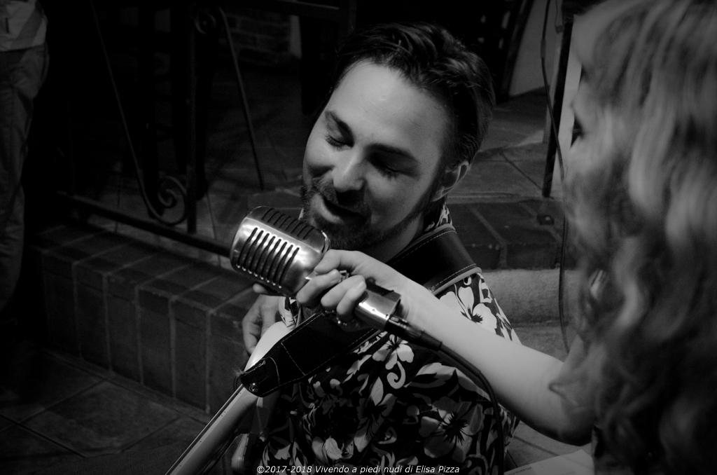 Bassista canta ritratto bianconero